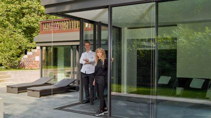 Szklane narożne drzwi przesuwne - realizacja cero w Lipsku